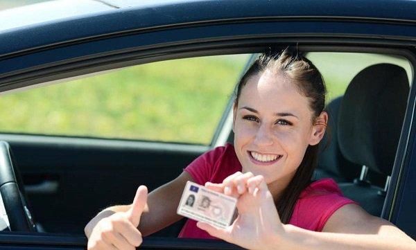 девушка с международным водительским удостоверением