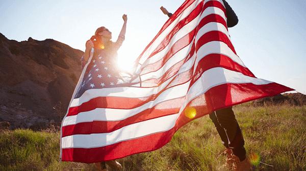 Американский флаг в руках