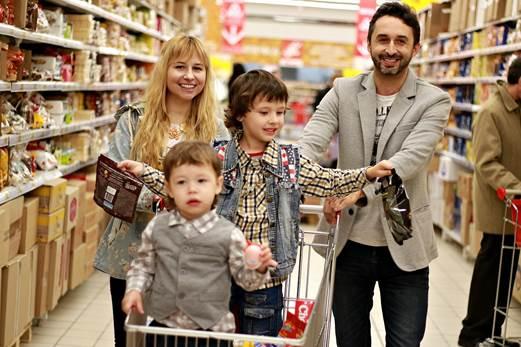 Семья за покупками
