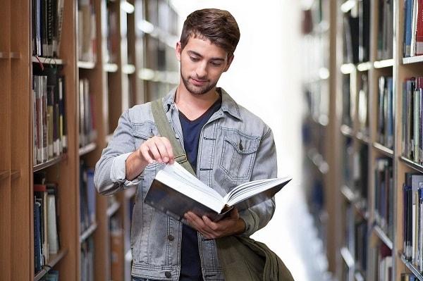 Студент в библиотеке