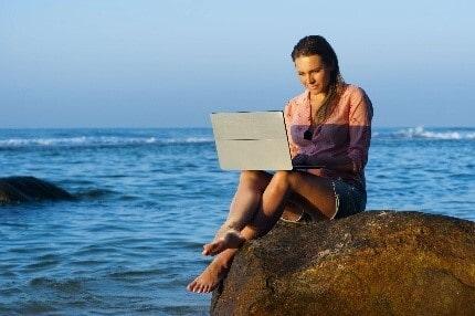 Девушка на камне возле моря