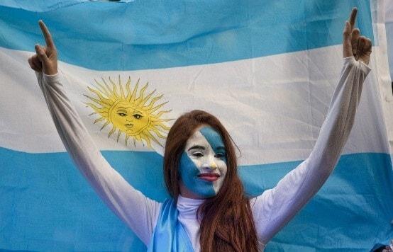 Болельщица на фоне флага