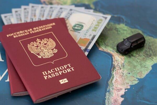 Российский и исландский паспорта