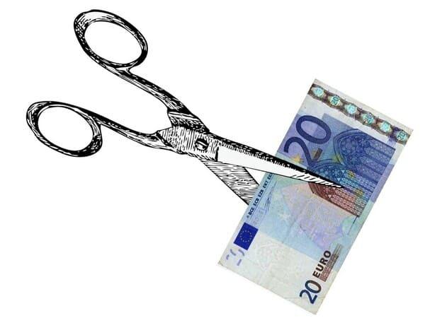 Ножницы режут евро