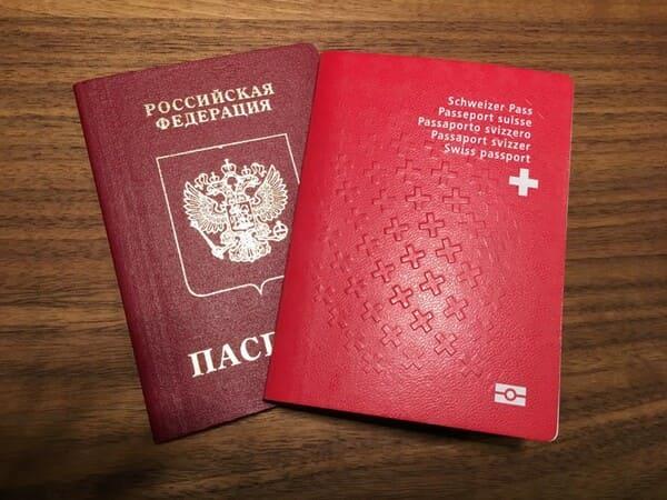 Швейцарский и российский паспорта