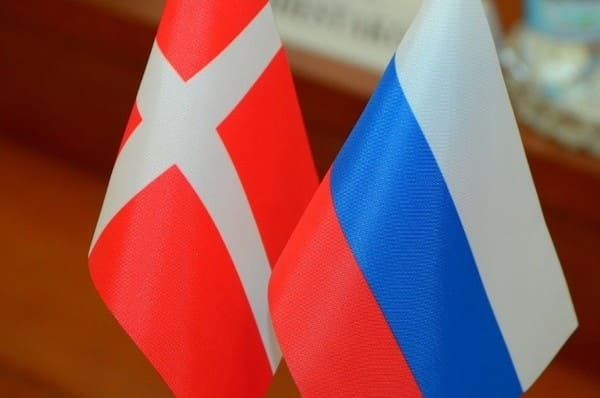Российский и датский флаги